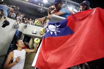 澳網》謝淑薇賽後簽「Taiwan」 還幫球迷簽台灣國旗(圖輯)