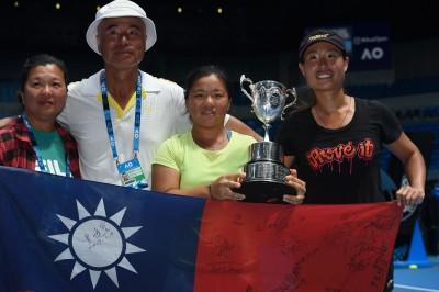 「小鋼砲」梁恩碩獲台灣女網雙打外卡 澳網青女雙冠返台出擊