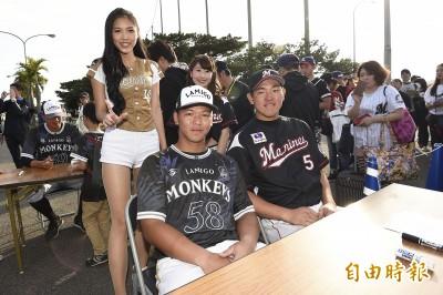 亞洲門戶交流戰》兩隊第一指名相見歡 賽後同組簽名謝球迷