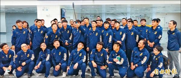 33兄弟昨啟程 球團赴美春訓首例