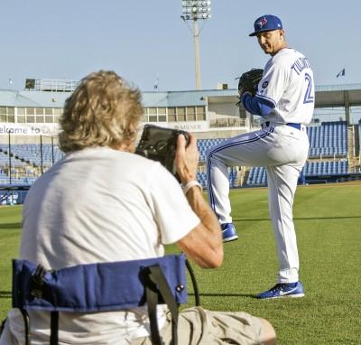 MLB》拍定裝照被誤當投手 5屆明星游擊手高EQ化解尷尬(影音)