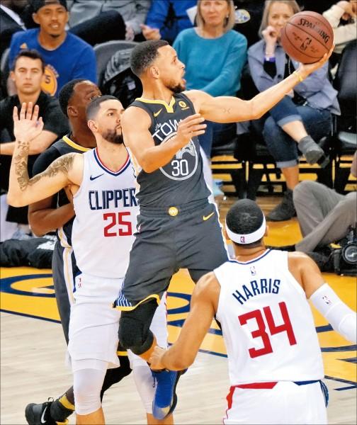 NBA》飆三分球、砍44分 柯瑞主場雪恥