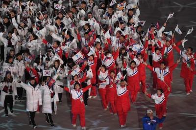 冬奧》南韓、北韓閉幕再舉「統一旗」 文在寅、川普千金同坐觀禮