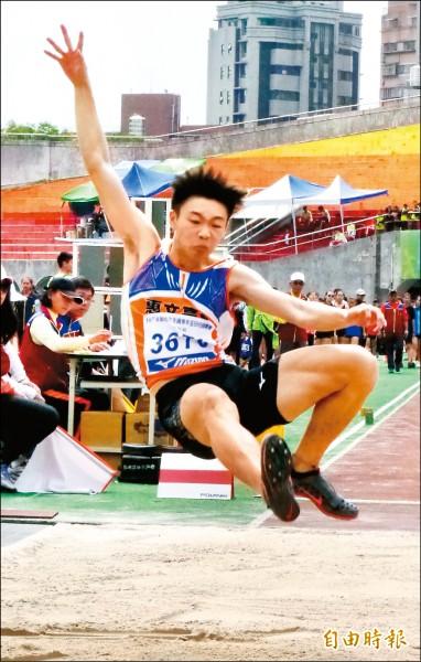 高懸32年紀錄 文華佑U18跳遠破全國