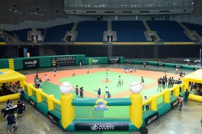 Mini Baseball「五力」全開 黃忠義張志強明星棒球教室投打對決