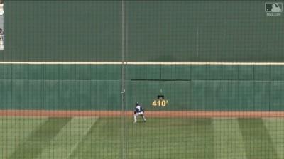 MLB》神技! 印地安人外野手擊出410英呎的「一桿進洞」(影音)