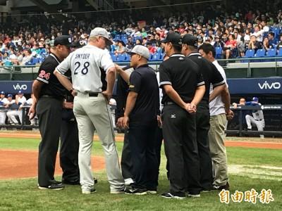 中職》富邦戰中信 裁判組賽前召集兩隊總教練開會