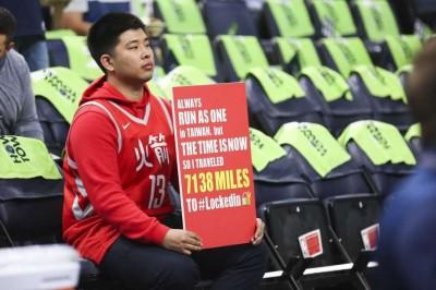 NBA》男大生遠赴美國支持火箭 「大鬍子」哈登賽後送球鞋