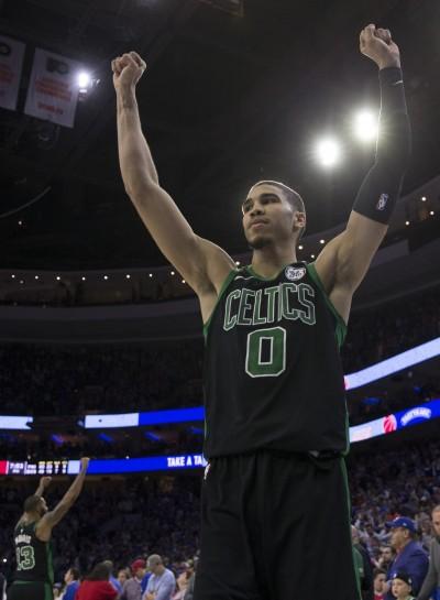 NBA》恩比德險被隔扣 綠軍探花霸氣回:你真幸運﹗