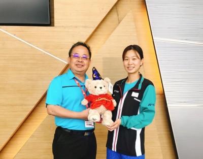 羽球》赴泰國曼谷關心國家隊 余政憲致贈熊娃娃打氣