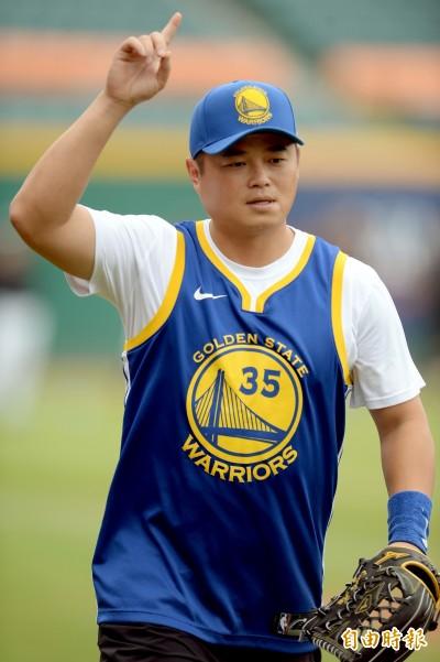 中職》胡金龍趕搭NBA季後賽熱潮 穿勇士隊球衣熱身