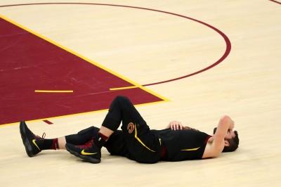 NBA》愛神與超級新秀相撞退場 將評估是否腦震盪(影音)