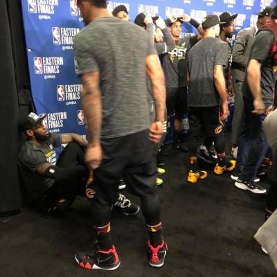 NBA》勝負一肩扛!隊友開心領冠軍盃 詹姆斯只能在旁…