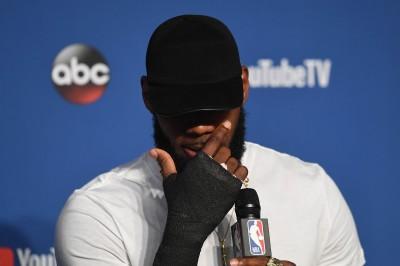 NBA》首戰輸球情緒失控 詹皇坦承G1賽後右手暴打受傷
