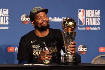 NBA》力壓柯瑞、連兩年奪FMVP 杜蘭特:沒人在乎