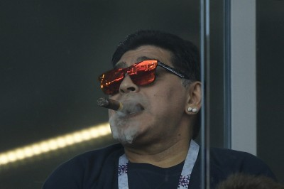 世足賽》在包廂抽菸、又歧視南韓人 馬拉度納回應了...