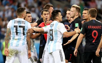 世足賽》輸到脫褲!阿根廷後衛這球失去理智爆推擠