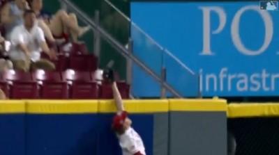 MLB》眼看要沒收全壘打 紅人外野手手套、球都掉地上(影音)