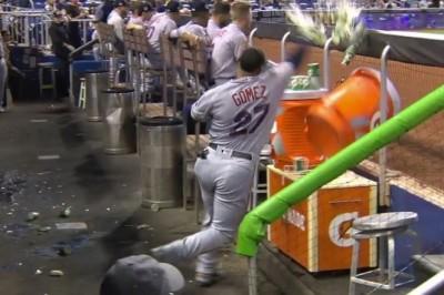MLB》球棒狠砸水桶不夠 高梅茲「昇龍拳」揍飛飲料桶(影音)