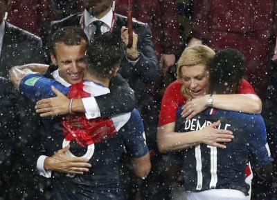 世足賽》克國美女總統大雨中深情擁抱球員 讓全球感動(圖輯)