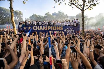 世足賽》英雄歸來!法國睽違20年奪冠 慶功遊行塞爆了(圖輯)