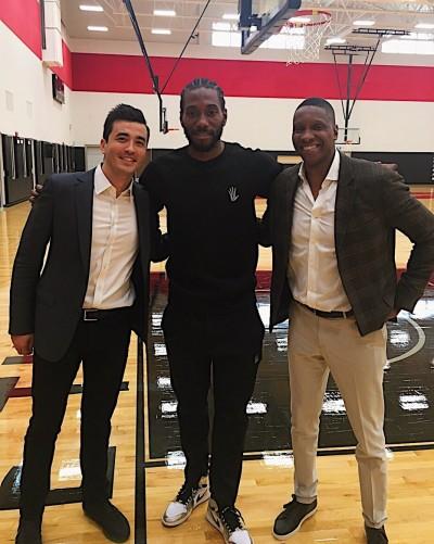 NBA》現身暴龍球場 雷納德展露難得笑顏