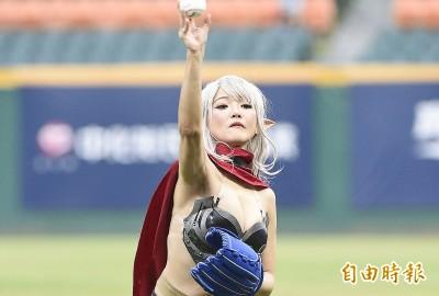 中職》天堂M黑妖爆乳開球 重度玩家林哲瑄接捕