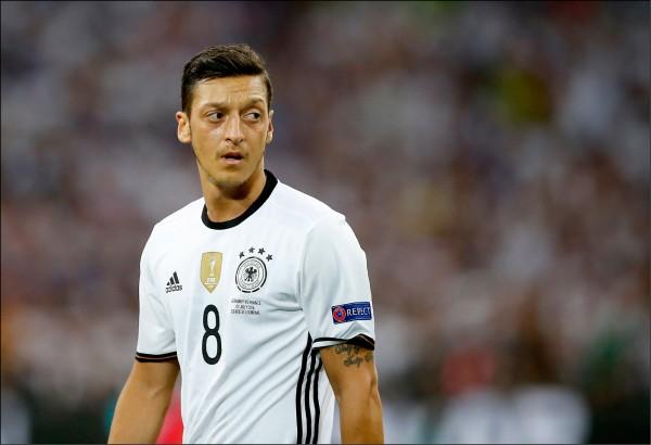 贏球德國人、輸球土耳其人 厄齊爾怒退國家隊