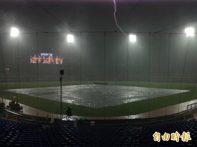 中職》雨勢大、閃電雷聲交加 洲際兄弟、桃猿延賽