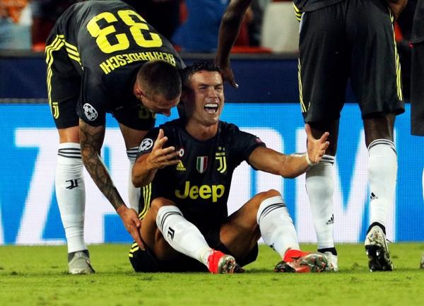足球》摸對方頭竟吃歐冠生涯首紅 C羅崩潰癱坐 哭著離場...