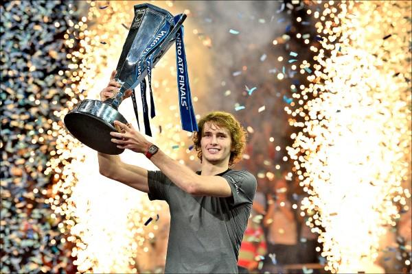 ATP年終賽》挾銳氣強轟喬帥 菜鳥小茲爆冷奪冠