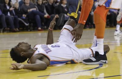 NBA》雷霆新秀驚悚墜地 所幸檢查後並無大礙 (影音)