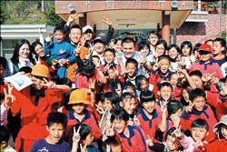 2007年中華職棒回饋列車,昨天前往阿里山樂野國小,獅隊劉芙豪和熊隊石志偉繼續擔任「孩子王」,和小朋友玩得不亦樂乎。<br>(中華聯盟提供)