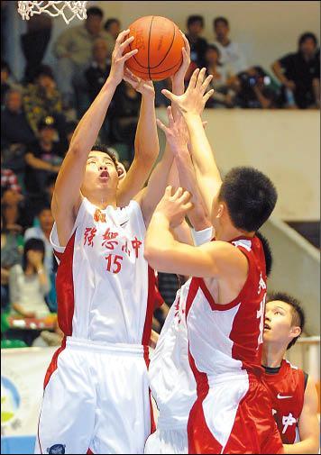 強恕高中許富傑(左)與南山高中球員爭搶籃板球。(記者王藝菘攝)