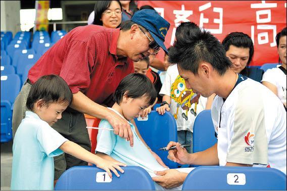 身為早產兒爸爸的高志綱,昨天邀請早產兒基金會的小朋友一起看球,並為他們簽名,成為明星賽「最溫馨」的鏡頭。(中華職棒聯盟提供)