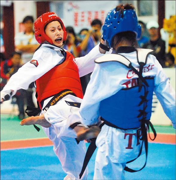「漂亮寶貝」楊淑君(左)過關斬將,拿下跆拳道女子蠅量級金牌。(記者林正堃攝)