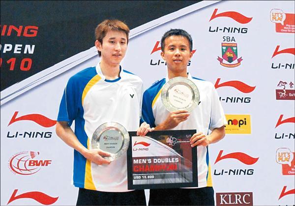 台灣組合李勝木(左)與方介民輕鬆擊敗對手,拿下新加坡羽球公開賽男雙冠軍。(中央社)