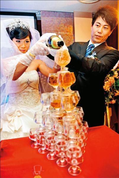 統一獅隊投手「大餅」林岳平與國腳嬌妻陳惠珊昨天補請婚宴及小孩滿月酒。(記者張忠義攝)
