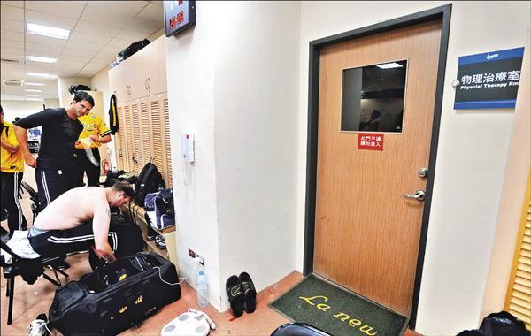 Lamigo桃猿隊外借球場給統一獅隊當主場,而物理治療室大門深鎖引起當天客場球隊兄弟象不滿,雙方球迷在網路上激烈論戰。(資料照,記者林正堃攝)
