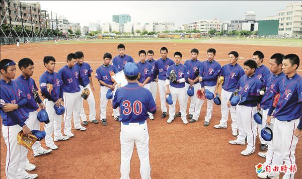 台南市南英商工青棒隊代表台灣,將前往美國參加小馬聯盟世界青棒錦標賽。(記者黃志源攝)