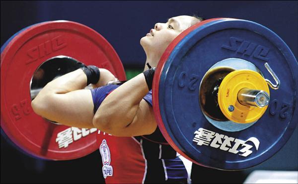 台灣隊舉重好手何筱珺在女子63公斤級決賽,一舉奪金,目標放在2012年倫敦奧運。(中央社)