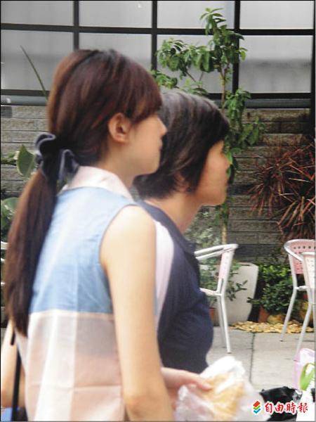 莊智淵的女友眭欣霓(左)緊盯電視,為莊智淵加油。(記者葛祐豪攝)