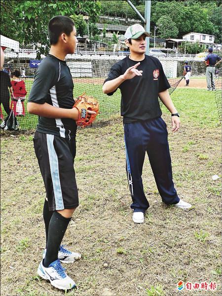 林英傑(右)指導小選手投球。(記者郭羿婕攝)