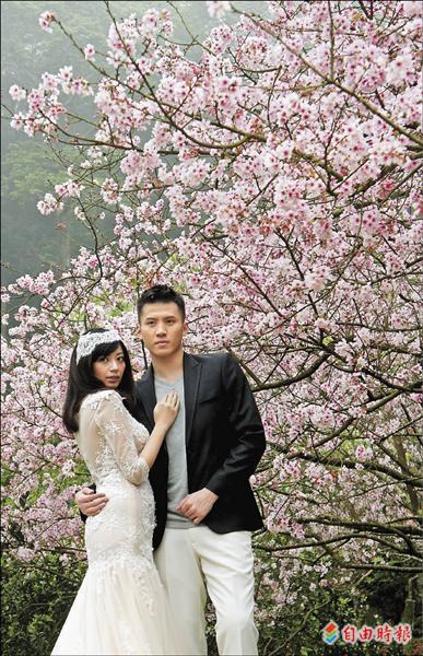 台銀球員許致強與妻子張安琪,在淡水知名景點楓樹湖拍攝婚紗照。(記者劉信德攝)