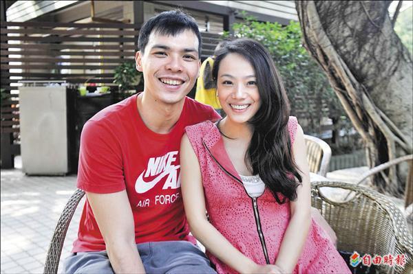 蔡文誠(左)與老婆潘潘(右)兩人十分甜蜜。(記者陳志曲攝)