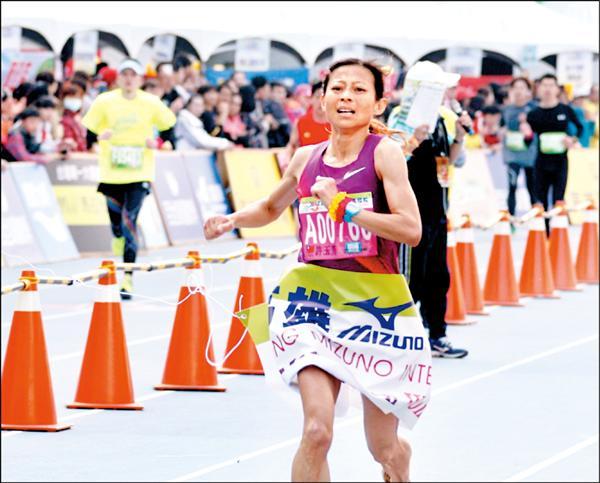 女子全馬組由台灣選手許玉芳以2小時42分10秒成績封后。(圖:高雄市政府提供)