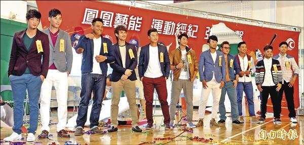 民視鳳凰藝能簽下12位中職球員運動經紀約。(記者趙世勳攝)