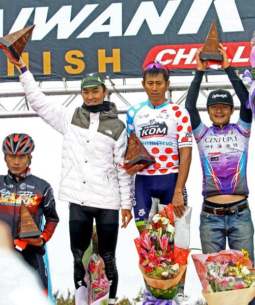 馮俊凱(右二)和王胤之(左二)惺惺相惜,在自由車登山王賽拿下台灣前二名。(騎士協會提供)