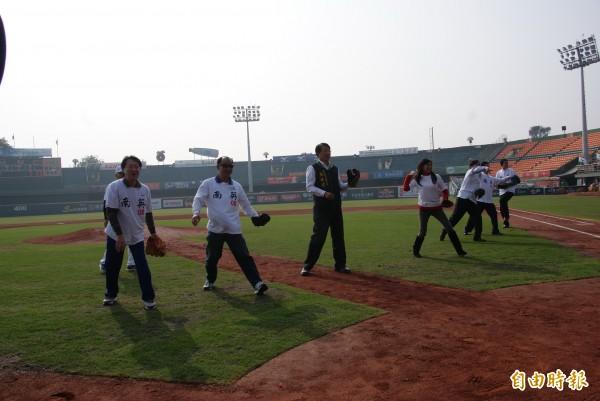 南英OB賽,由副市長顏純左(左三)等人開球。 (記者黃文鍠攝)
