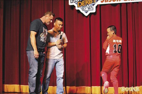 吉昂比(左)教導關西國小陳威中(右)如何揮出全壘打。(記者黃美珠攝)